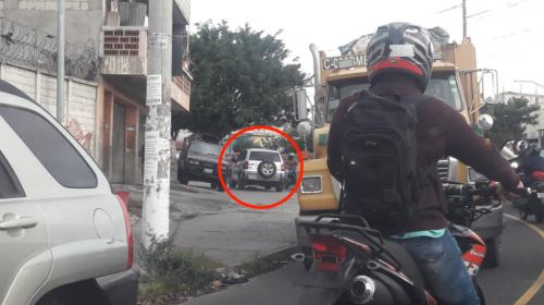 Este conductor imprudente se ganó tres multas por esta maniobra