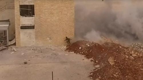 Soldado se salva de morir durante un bombardeo en Siria