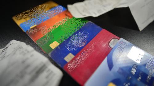 "Vivir al ""tarjetazo"": guatemaltecos adeudan a bancos Q7 mil millones"