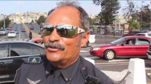 Un policía de tránsito da la vía con movimientos de Michael Jackson