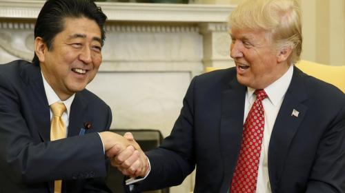 Los prolongados, fuertes y bruscos apretones de mano de Donald Trump
