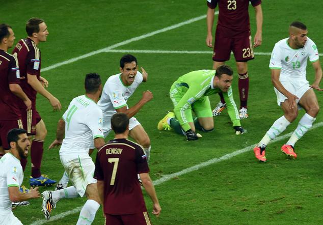 Los jugadores de Argelia empiezan a correr para celebrar el 1-1 anotado por Slimani ante Rusia