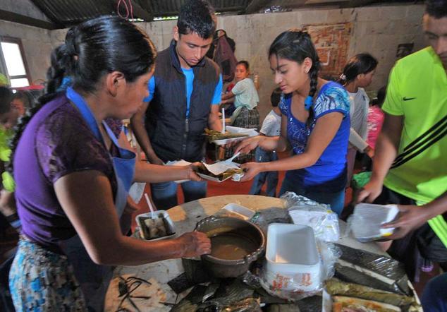 Barrondo entregó ocho mil tamales en su natal Chiyuc