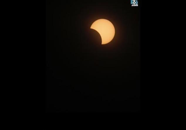Guatemaltecos quedan maravillados con el eclipse parcial de sol