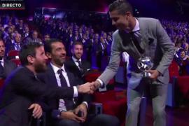 Gran gesto de messi para con Cristiano Ronaldo foto