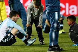 Dos niños chilenos prefirieron dejar la celebración de lado e ir a consolar a Lionel Messi.