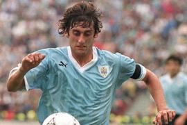 Francescoli tuvo la dicha de levantar la Copa América en tres ocasiones junto a Uruguay