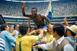 Pelé, en hombros en ,México 70, Mundial, Brasil