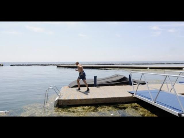 El entrenador de Erick Barrondo cumple su apuesta y se tira al lago de Ontario