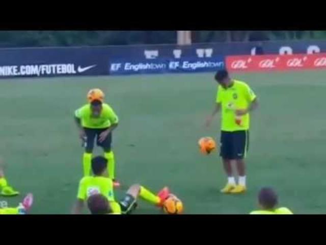 Neymar Humilla a Robinho con esta habilidosa exhibición con el balón