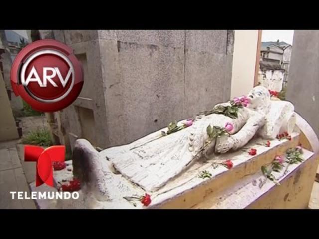 Al Rojo Vivo | Miles visitan tumba de gitana para pedir pareja | Telemundo ARV