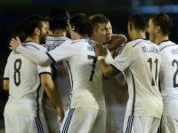 Kroos (al centro) es felicitado por los jugadores alemanes tras el gol anotado a España