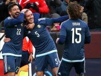 Mancuello celebra el 2-0 ante El Salvador junto a Orban y Lavezzi