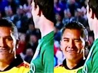 El central fue captado felicitando al arquero argentino por su atajada