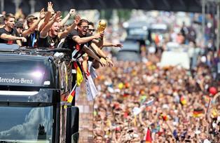 Unas 400 mil personas salieron a las calles de Berlín a recibir a sus héroes alemanes