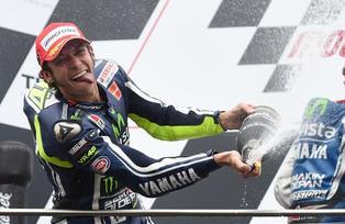 Valentino Rossi celebra tras quedar primero en el Gran Premio de Australia