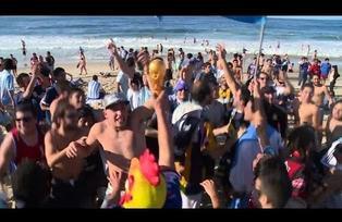 Hinchas argentinos duermen en la playa