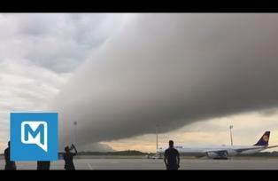 Faszinierende Bilder: Riesige Wolkenschicht rollt über Münchner Flughafen