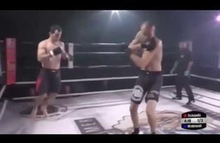 Peleador de MMA se lesiona, su rival le cura, y le deja KO