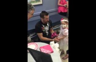 Niña de 4 años con leucemia se casa con su enfermero favorito