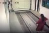 Mujer despistada entra a un parqueo automatizado y resulta atropellada