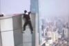 Un acróbata graba su propia muerte al caer de un rascacielos