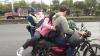 PMT baja de una moto a mujer que arriesgaba a un bebé