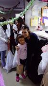 Gaby Moreno lleva regalos y canta villancicos en Hospital Roosevelt