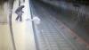 El aterrador momento en que una joven es arrojada a las vías del tren