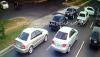 Conductor realiza una maniobra prohibida y hace chocar a motorista