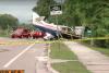Captan impresionante video de una avioneta al chocar en una carretera