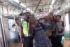 Héroe urbano mata con sus manos a una serpiente a bordo de un tren