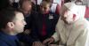 Papa Francisco realiza una boda en pleno vuelo y sorprende a todos