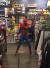 #VIDEO Un Spiderman causa sensación por su espectacular baile