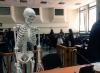 """Así reaccionaron las redes al esqueleto que """"visitó"""" tribunales"""