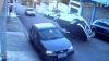 Conductor choca con auto estacionado, vuelca y... ¡a correr!
