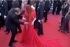 Modelo rusa sufre accidente con su ropa en la alfombra roja de Cannes