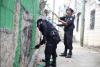 """Agentes de la PNC borran """"pintas"""" realizadas por pandilleros"""