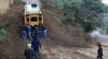 Pobladores de la Antigua empujan un bus para cruzar derrumbe, pero...