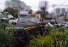 Semáforo destruido, postes derribados y una patrulla accidentada